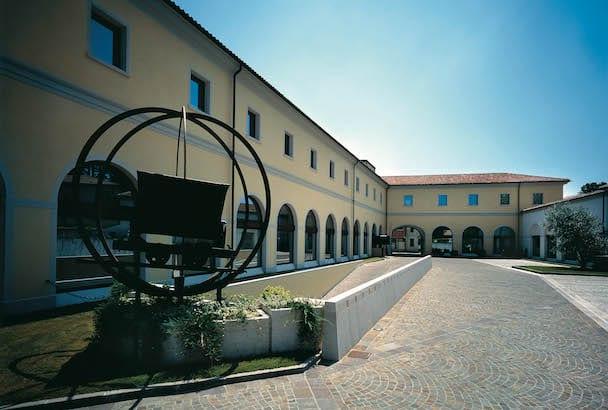 Toujours à Spresiano, le siège du groupe occupe ses bâtiments historiques rénovés de l'ancienne manufacture Lazzaris. [©Fassa Bortolo]