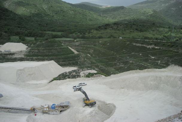 Exemple de réaménagement environnemental d'une carrière à ciel ouvert à Popoli, province de Pescara. [©Fassa Bortolo]
