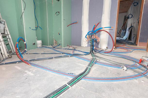 Tous les réseaux d'eau et d'électricité sont noyés dans le mortier de ravoirage. [©ACPresse]