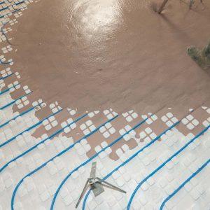Mise en œuvre de la chape fluide anhydrite Thermio+ dans le cadre d'un projet Thermactif. [©ACPresse]