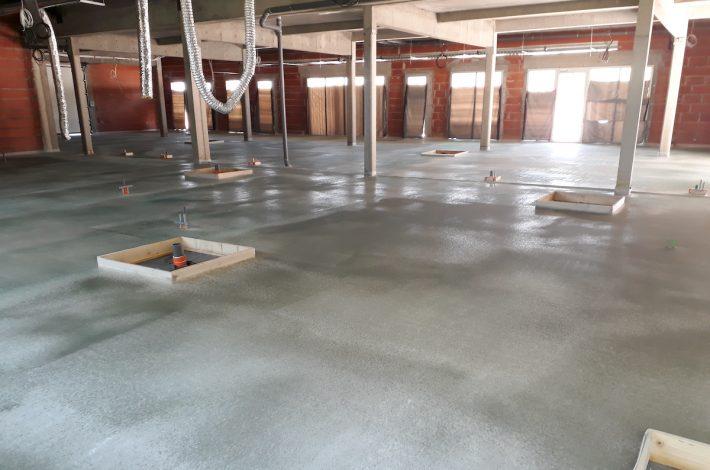 La solution P4 de LafargeHolcim, la chape fluide ciment Agilia Chape, est compatible avec les locaux humides. [©LafargeHolcim]