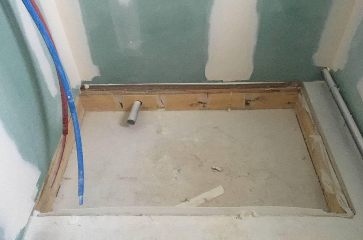 Réservation permettant d'installer une douche sans ressaut sur plancher en solives bois. [©AOO3architectes]